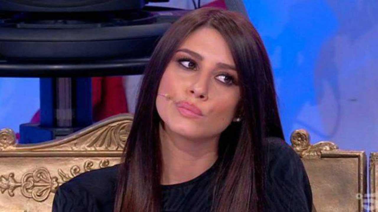 Angela Nasti la quarantena in reggiseno - AltraNotizia