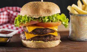 Cheeseburger fatto in casa come quello del Mc Donald: la ricetta veloce pronta in soli 10 minuti