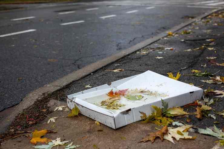 Dove si buttano i cartoni della pizza? Quasi tutti sbagliano