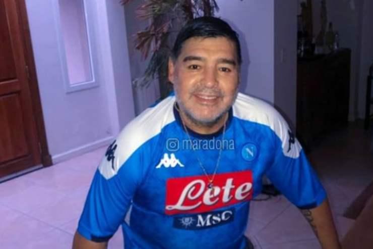 Imperdibile partita di Maradona tra fango e auto