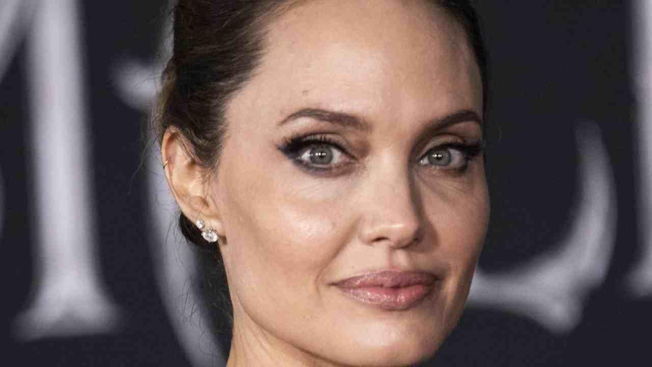 Angelina Jolie: ci va proprio pazza | Per molti è disgustoso