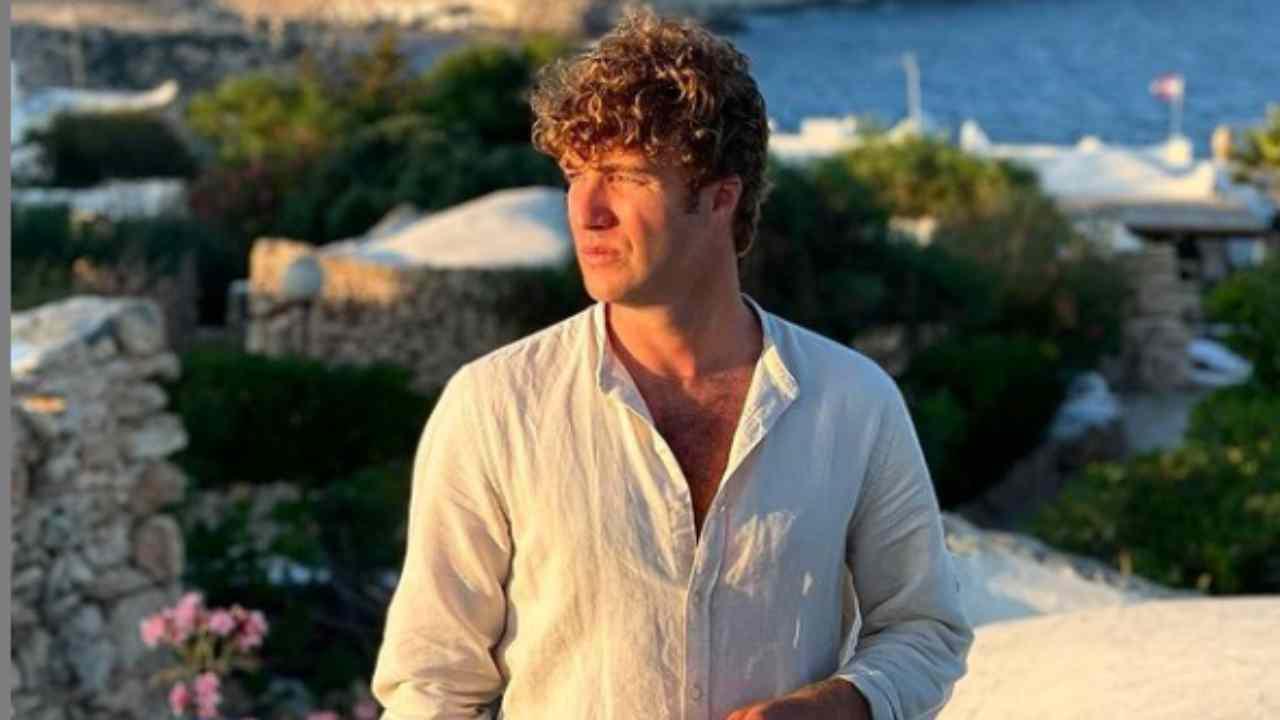 Paolo Ciavarro con il mare sullo sfondo