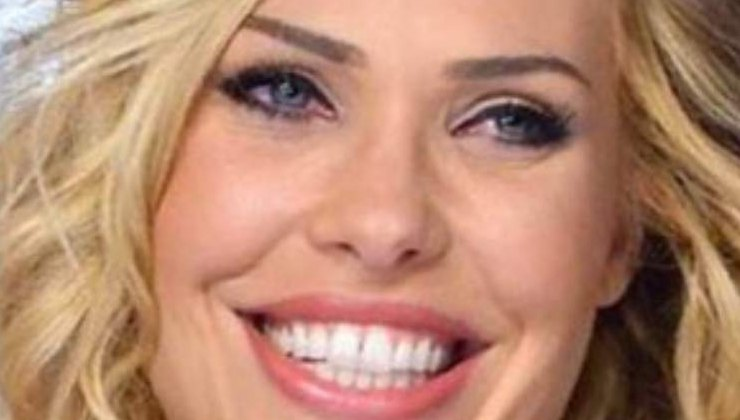 Ilary-Blasi-sorridente-Altranotizia